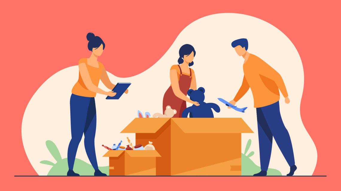 Grupo de pessoas colocando brinquedos em caixas para doação