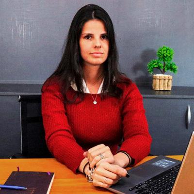 Foto de uma mulher em seu escritório.